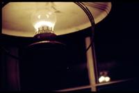 eine alte petroleumlampe, deren licht sich in einem sprossenfenster spiegelt. heidelberg, am 23. november 2005
