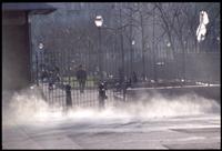 kinderspielplatz hinter gittern am place jean jaures, marseille. im vordergrund dampfwolken von hochdruckreinigern. marseille, am 22. dezember 2005